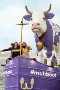 Milka auf großer Fahrt: Lila Kuh inspiriert auf dem Wasserweg zu zarten Gesten